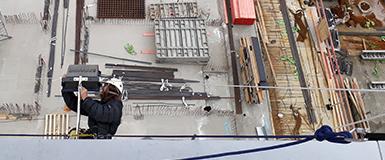 Teclimb Höhenarbeiter prüft die Baustellen-Sicherheit