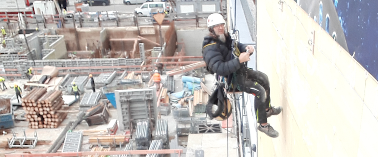 Teclimb Industriekletterer im Seilzug auf einer Baustelle
