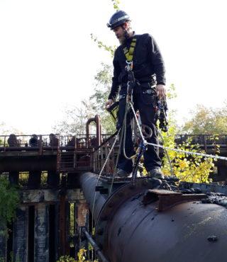 Seilgesicherter Teclimb Höhenarbeiter in alter Industrieanlage