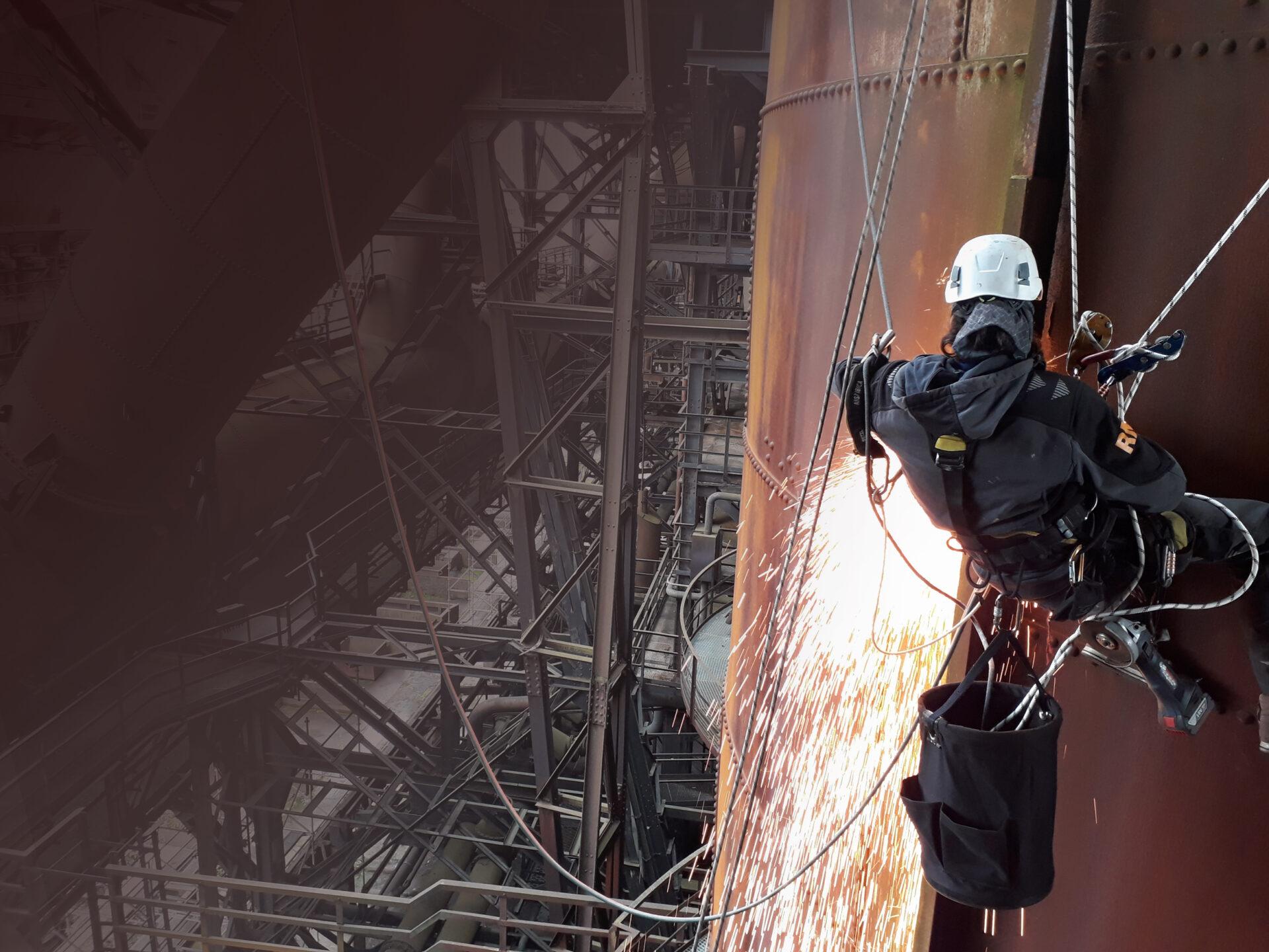 Teclimb Höhenarbeiter bei Schweißarbeiten in alter Industrieanlage